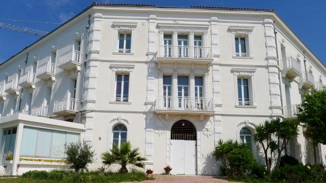 Plage des Sablettes-Credit-Le-Grand-Hotel-des-Sablettes-Gilles83500-https-commons-wikimedia-org-w-index-phptitleUserGilles83500etamp-actioneditetamp-redlink1-CC-BY-SA-3-0