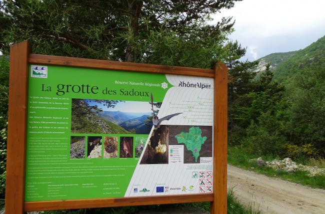 Réserve naturelle régionale de la Grotte des Sadoux-Credit-L-inaccessible-grotte-des-Sadoux-vallee-de-la-Courance-Drome-France-01-Celeda-https-commons-wikimedia-org-wiki-UserCeleda-CC-BY-SA-4-0