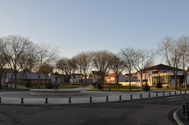 Ville de Saint-Apollinaire-Credit-Saint-Apollinaire--Place-Centrale-Erkethan-httpshttps-fr-wikipedia-org-wiki-UtilisateurErkethan-CC-BY-SA-3-0